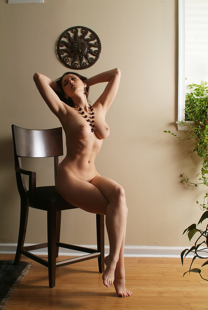Женщины голая девушка на стульчике шоу конкурс